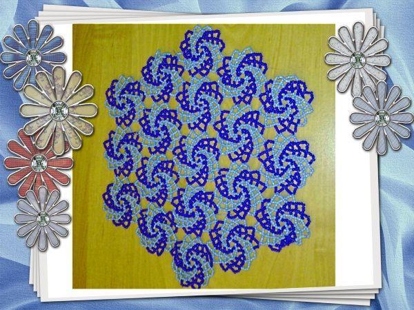 Очаровательная салфетка из двухцветных завитков, может стать отличным подарком близкой подруге, маме или бабуле. Сочетание цветов можно менять, как и их количество.