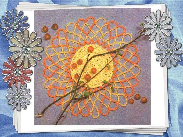 Салфетка, объединяющая два вида рукоделия. Серединкой может служить заготовка, связанная из ниток или вырезанная из плотной ткани.  Первый ряд бисерных дуг пришивается к заготовке.
