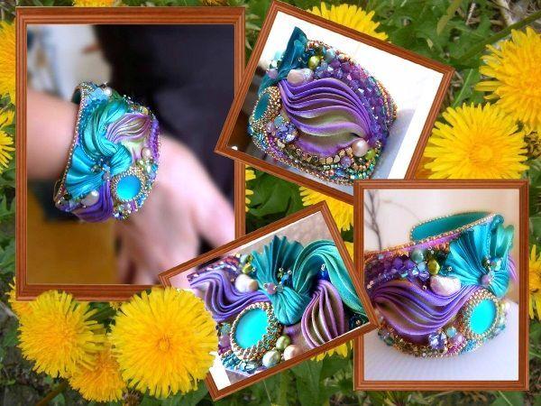 Металлический браслет без застежки, охватывающий большую часть запястья, украшен лентой шибори лазурных оттенков, голубым кабошоном, бисером и бусинами.
