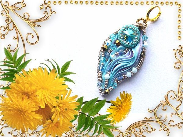 Кулон, подвеска или серьги (если вместо петельки прикрепить швензу). Декор изделия выполнен  лентой шибори голубого цвета, бусиной, оплетенной бисером и цветным стеклярусом.