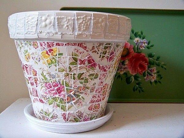 Кусочки фаянсовых тарелок, чашек или блюдец могут служить замечательной мозаикой для цветочных вазонов. Крепятся черепки на раствор обыкновенного гипса.