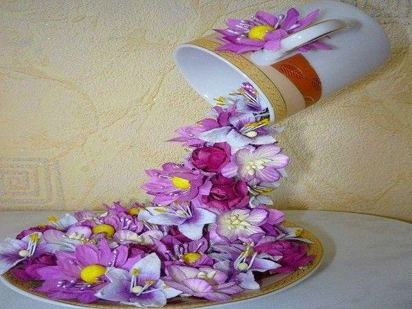 Парящая в воздухе чашка с водопадом из ярких цветов станет не только чудесным декором вашего дома, но и вполне может стать оригинальным сувениром для близких людей.