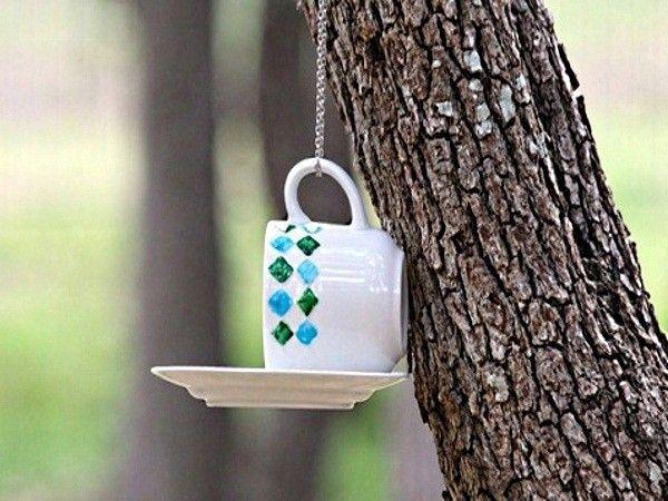 Склеенные между собой  чашка и блюдце (даже если они треснули) станут замечательной кормушкой для диких птиц. Подвесить ее на дерево можно на цепочку, застегнутую вокруг ручки.