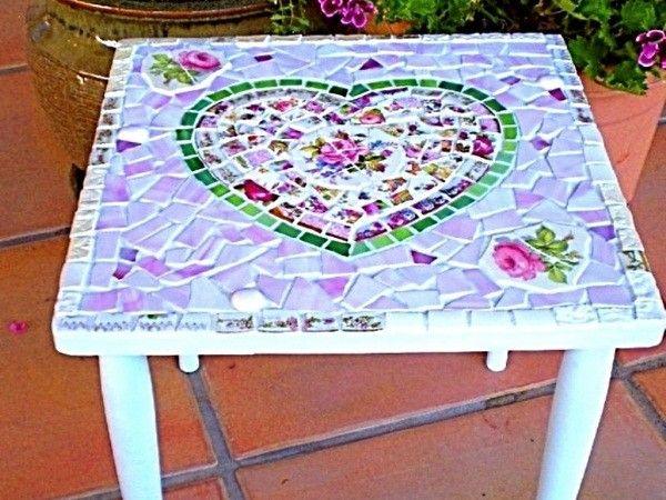 Обыкновенный садовый столик превратится в украшение летней беседки, если на его поверхность приклеить узором кусочки битой посуды. Универсальный клей продается в строительных магазинах.