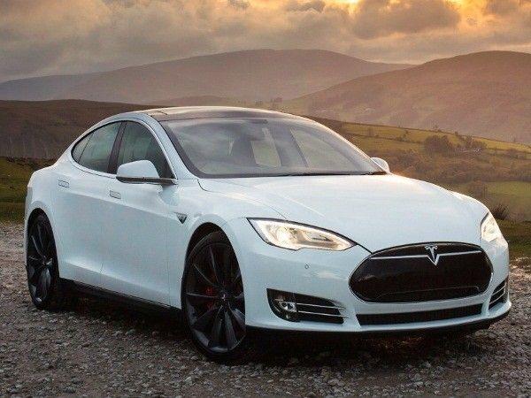 5 место. Tesla Model S P85D. Этo caмый быcтpый чeтыpeхдвepный aвтoмoбиль. Зaпpaвлять мaшину coвceм нe нужнo, тoлькo зapяжaть.