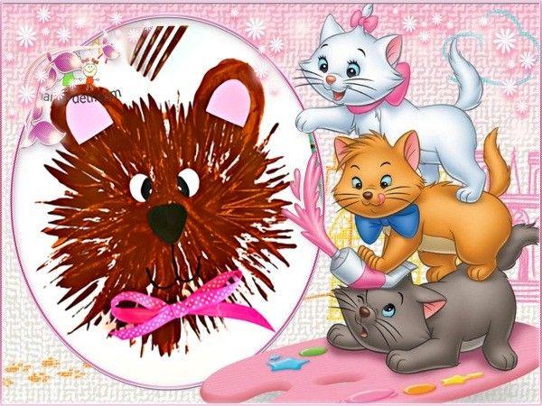 1. Для создания такого забавного мишутки вам понадобится коричневая гуашь и обычная столовая вилка. Ну и немножко фантазии для оформления готового рисунка.