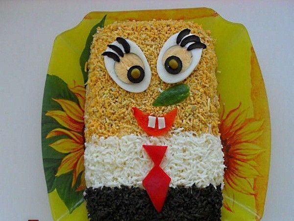 Такой забавный Спанч Боб украсит детский праздник. Для украшения понадобятся вареные яйца, сыр, маслины, кусочек свежего огурчика, зеленый горошек и красный болгарский перчик.