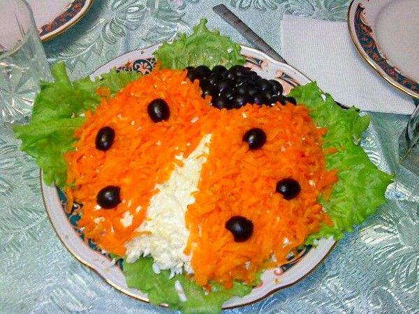 Милая божья коровка может получиться из вашего любимого салата. Ее крылышки сформированы из тертой отварной морковки, для подкрылков использован плавленый сыр, а голова и пятнышки на крыльях сделаны из маслин.