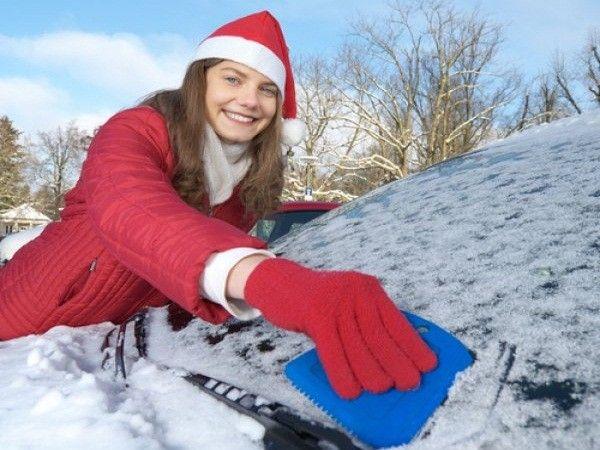 18. Защитить окна автомобиля от замерзания. Протереть их раствором белого спиртового уксуса и воды три к одному. Такой раствор не позволит льду намерзать на стекле.