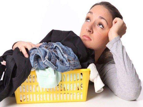 6. Спасти одежду от пятен. Втирать уксус в загрязненное место и промокнуть чистой влажной тканью. Этот способ отлично помогает при пятнах от дезодоранта.