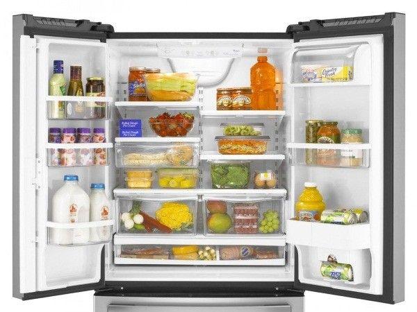 2. Удалить неприятный запах из холодильника. Протереть его стенки и полки тканью, смоченной в растворе воды и уксуса.