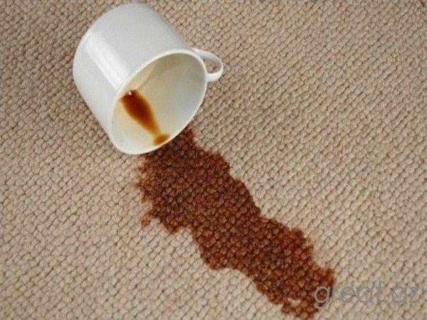 8. Избавиться от пятна на ковре. Втереть в него пасту из двух столовых ложек белого спиртового уксуса и четверти стакана соли или столовой соды и дать высохнуть. На следующий день это место необходимо пропылесосить.