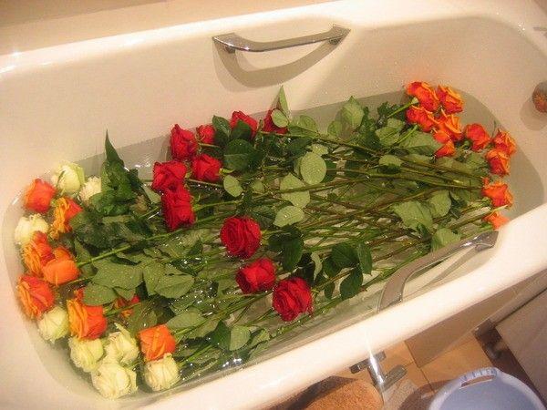 14. Оживить увядающие цветы. Добавить в вазу две столовые ложки белого уксуса и чайную ложку сахара.