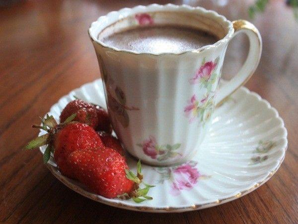 3. Удалить налет с кофейных и чайных чашек. Аккуратно протереть их кашицей из соли или столовой соды и уксуса, смешанных в равных пропорциях.