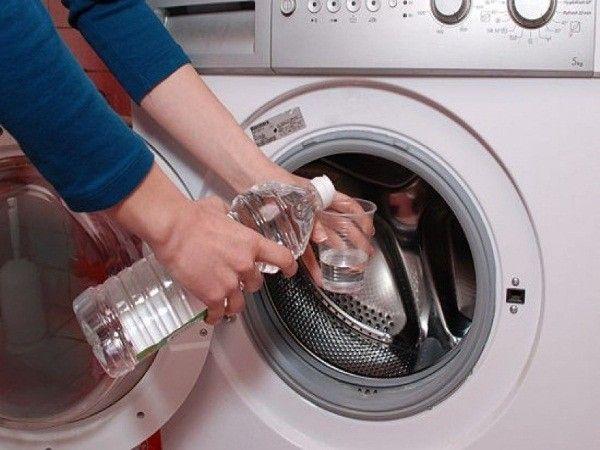 1. Очистить стиральную машину от накипи. В контейнер для жидких порошков залить 2 стакана уксуса и установить максимально длинный цикл стирки на самую высокую температуру. Оставить на пару часов  и включить режим полоскания.
