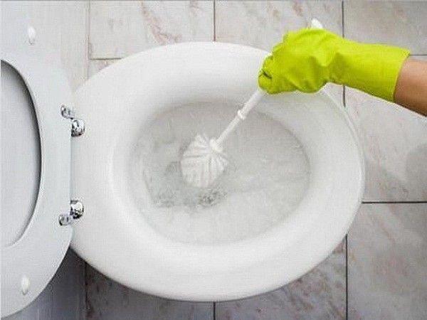 7. Почистить унитаз. Влить стакан разбавленного белого уксуса в унитаз и оставить на ночь. Затем почистить туалет с помощью специальной щетки и несколько раз спустить воду.