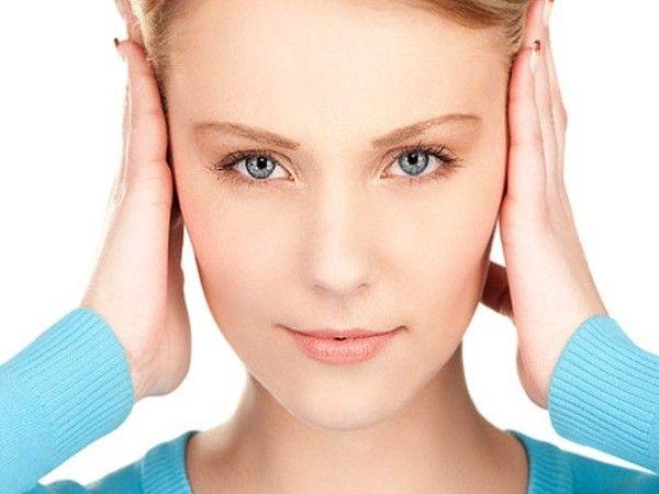 15. Чтобы справиться с болью в ухе, капни в него пару капель водки, подержи несколько минут, затем дай вытечь из уха жидкости. Водка уничтожит бактерии, которые вызывают боль.