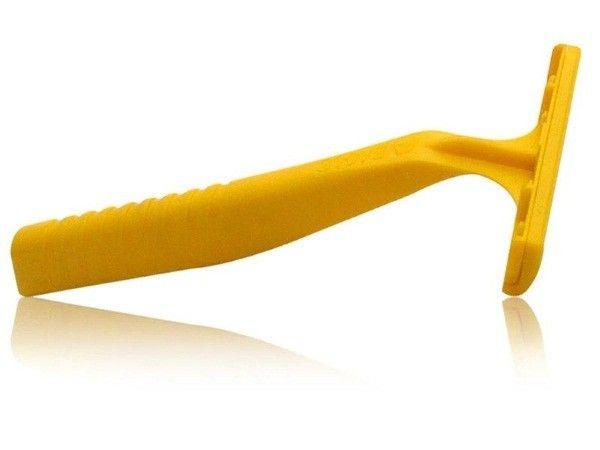 4. Продли жизнь своей бритве. Наполни водкой чашку и замочи там лезвие безопасной бритвы. Водка продезинфицирует лезвие, предотвратит появление ржавчины.