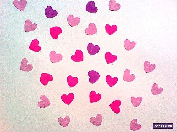 Или просто приклейте сердечки в свободном порядке на пустую стену. Клей наносите только на серединки сердечек, пусть свободные края трепещут от каждого вашего движения, словно бабочки.
