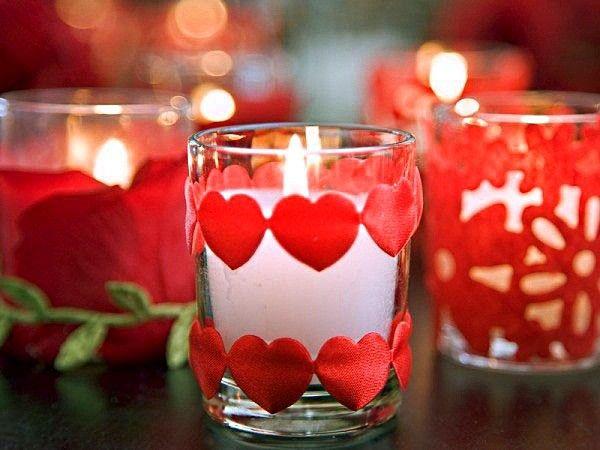Для романтической атмосферы просто необходимы красивые свечи. Украсив сердечками из атласной ленты обычный стакан, вы получите потрясающий романтический подсвечник.