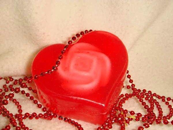 Если вам нравится идея романтического вечера в ванной, хорошо бы сделать ароматное мыло в виде сердечек.