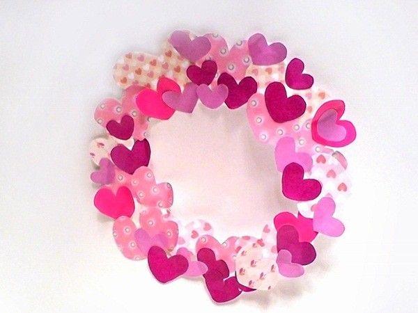 Вырезав разные по размеру, цвету и фактуре бумажные сердечки, склейте их между собой так, чтобы получился своеобразный венок.