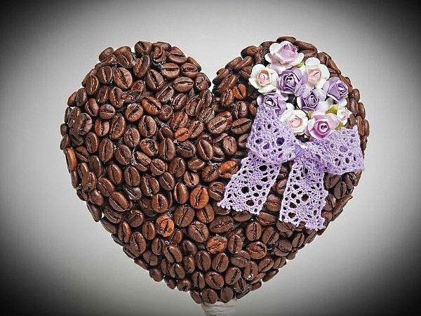 На кухне вполне уместным будет сердечко из целых кофейных зерен. Бодрящий аромат разбудит ваш аппетит.