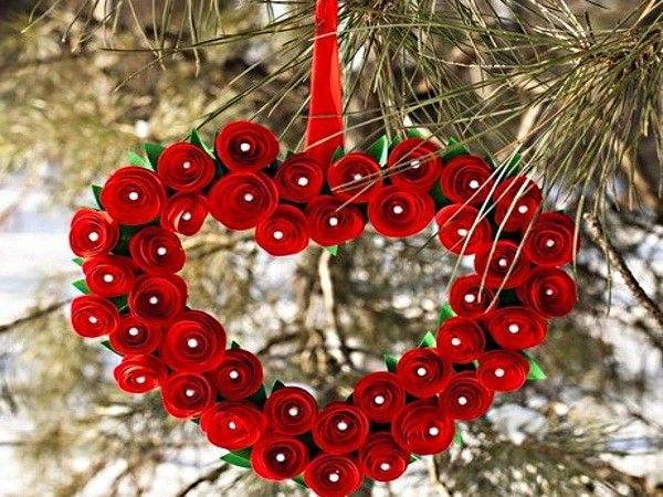 На улице также можно повесить украшение. Например, такое сердечко из красных бумажных роз.