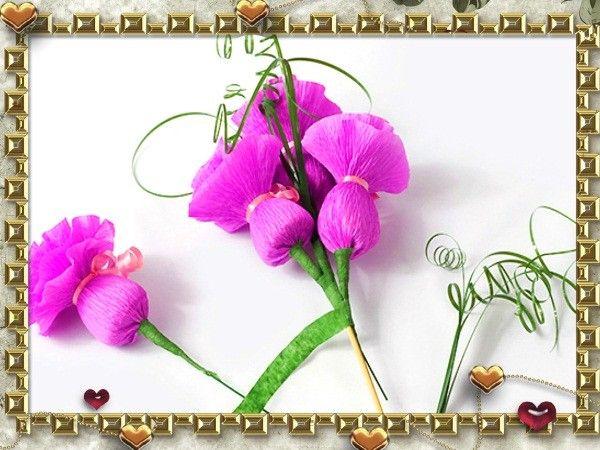 Возьмите шпажки для барбекю и присоедините к ним каждый цветочек, закрепляя их с помощью тейп-ленты. Украсьте цветы небольшими завитками искусственной зелени.