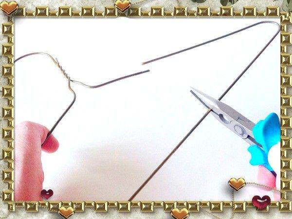 Для начала отделите плоскогубцами часть металлической вешалки.