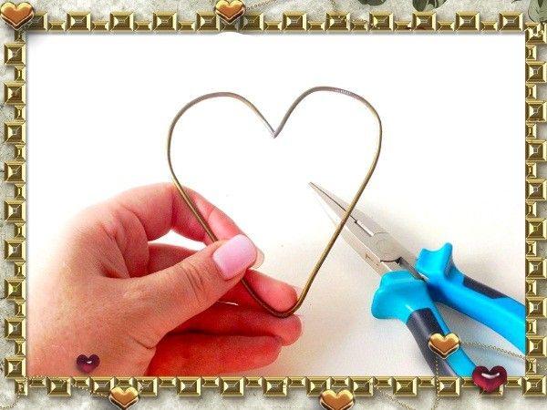 Теперь сделайте сердце из куска вешалки, загибая концы проволоки при помощи все тех же плоскогубцев.