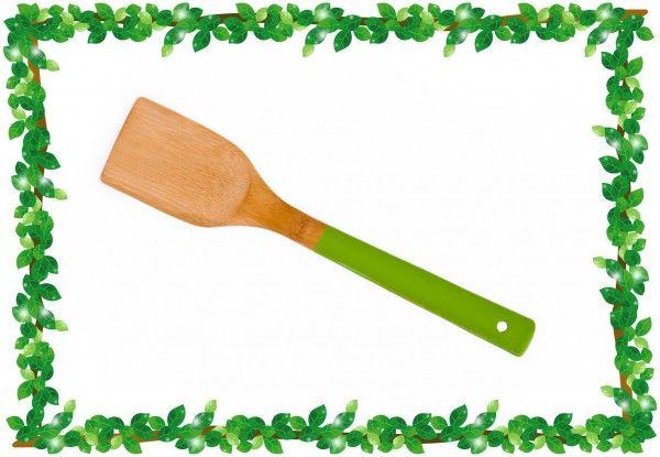 Используйте тонкую деревянную лопатку: в отличие от металлической, она не порвет тонкие блинчики и не повредит покрытие сковородки.