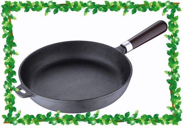 Лучший друг румяных, хорошо пропеченных блинов — сковородка из чугуна: она равномерно нагревается и долго держит тепло.