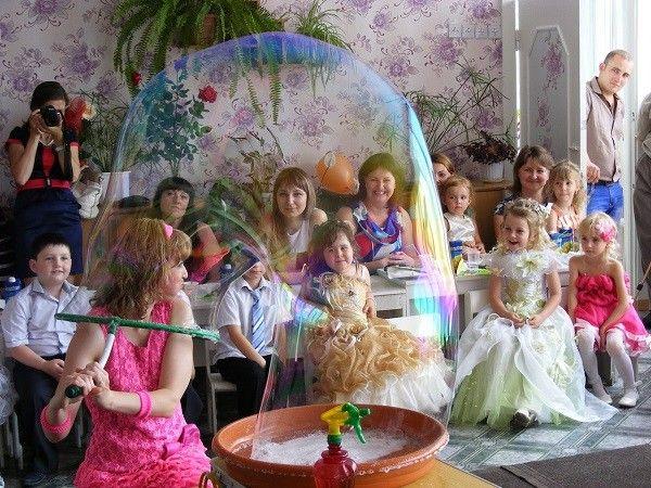 Шоу мыльных пузырей на детский день рождения – беспроигрышный вариант. Малыши будут в восторге, когда окажутся, каждый по очереди, в огромном мыльному пузыре.