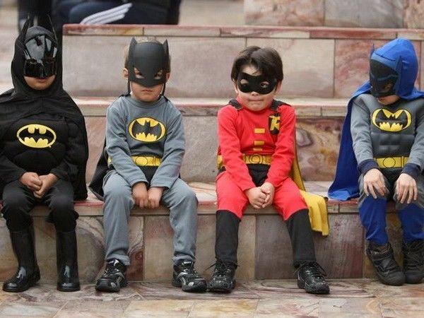 Чтобы отпраздновать детский день рождения, можно организовать бал-маскарад. Главное, чтоб гости не забыли маскарадные костюмы. Ну и, конечно же, разные конкурсы с призами тоже нужно придумать и провести. Такой день рождения подойдет даже для самых маленьких – от 2-3 лет.