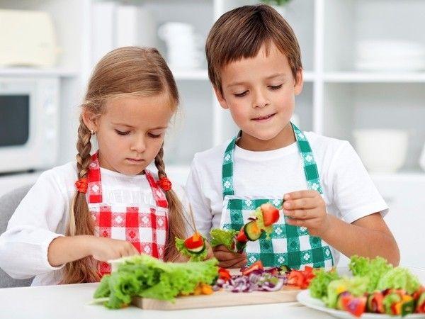 Гурман-вечеринка для малышни. Такой детский день рождения для маленьких гурманов просто организовать. Покупаем продукты, выбираем простые рецепты и готовим с малышней праздничный обед. И позвольте детям пофантазировать и приготовить то, чего нет ни в одной кулинарной книге мира. А как весело будет все это поглощать в шумной компании!