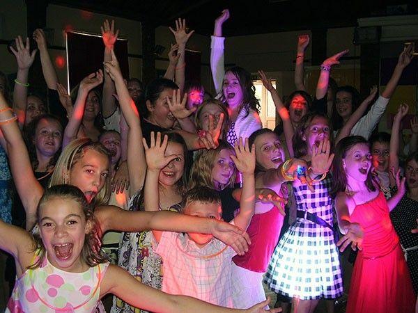 Дискотека для друзей. Организуй дома громкую музыку, приглушенный свет, безалкогольные коктейли – и все гости будут просто в восторге от клубной вечеринки. А чтоб дать имениннику 12-16-ти лет почувствовать себя взрослым, родители должны на время покинуть праздник. Рисковано, конечно, зато друзья ребенка точно его зауважают еще больше.