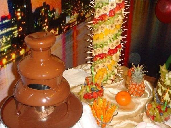 На детский день рождения отличный вариант угощения – шоколадный фонтан. Его можно заказать в кондитерской. Конечно, одного фонтана для детей недостаточно для развлечений. Это всего лишь сладкое дополнение к детской вечеринке.