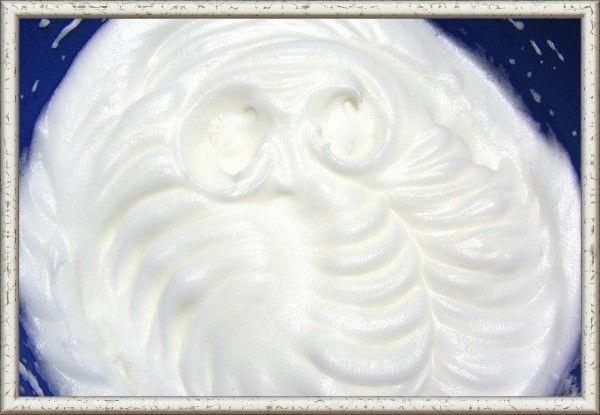 4. Посуда, в которой будут взбиваться белки,  должна быть обезжиренной, поэтому ее нужно протереть бумажным полотенцем. Не забудьте смочить его уксусом или соком лимона, чтобы лучше обезжирить поверхность. Взбивайте яйца до тех пор, пока на взбитой массе не начнут образовываться желобки и пики от венчика.  Это значит, что яйца взбиты, как надо.