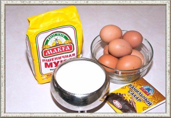 2. Абсолютно все продукты должны быть одинаковой температуры, и чем ниже она будет, тем лучше. То же самое касается и формы, в которую выкладывается бисквитное тесто — она должна быть холодной.