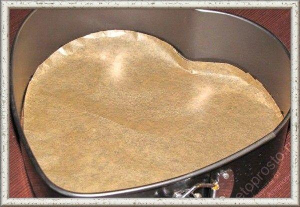 9. Красивый бисквит получится только тогда, когда форма для его выпечки подготовлена соответствующим образом. Идеальный вариант – смазанная сливочным маслом и выстеленная пергаментом форма. Кстати, пергамент тоже нужно хорошенько умаслить. Никакими сухарями, орешками, манкой и мукой присыпать смазанную форму нельзя – и внешний вид, и вкус бисквита от этого только проигрывают.