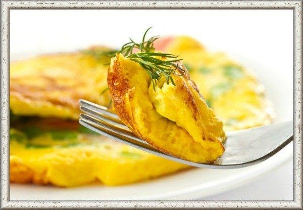 Часто яичница получается плоской и не слишком аппетитной на вид. Профессиональные повара знают один секрет: чтобы яичница была пышной, нужно добавить к яйцам 1-2 ложки холодной воды и хорошенько взбить массу.