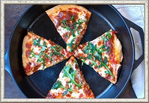 Остывшую раньше времени пиццу нужно разогревать на небольшом огне в сковородке. Так сохранится ее вкус и аромат.