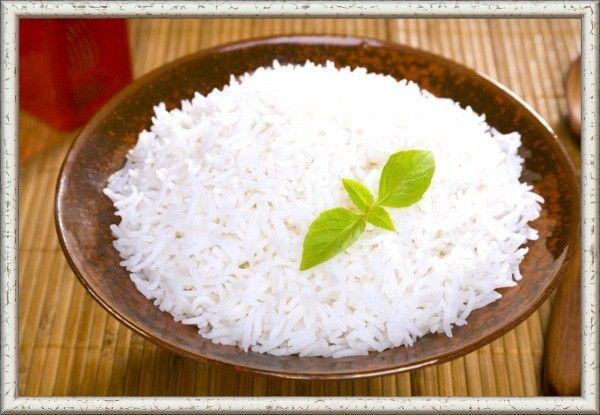 Чтобы рис получился белым и рассыпчатым, засыпать его нужно только в кипящую подсоленную воду, добавив несколько капель лимонного сока или растворенной в воде лимонной кислоты. Не стоит накрывать посуду, в которой варится рис. Только в этом случае он сохранит свой идеально белый цвет.