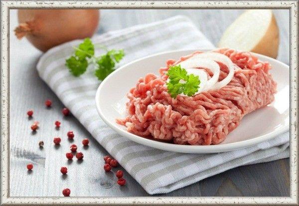 Самые вкусные котлеты, драники и прочие блюда на основе фарша получаются гораздо вкуснее, если делать фарш смешанным. К примеру, к котлетам можно добавить тертую сырую картошку, морковку, а в драники положить тертый сыр и горчицу.