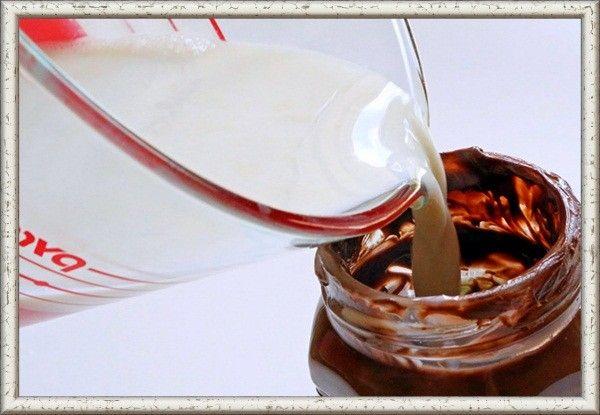 Остатки «Нутеллы» в банке залей горячим молоком. Получится насыщенный горячий шоколад.