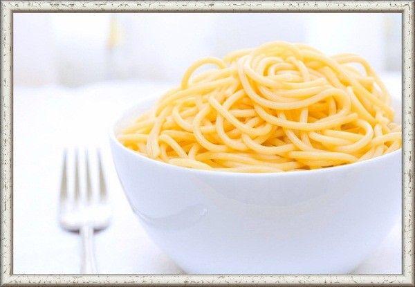Чтобы рис или макароны не слипались во время варки, нужно добавить в воду немного подсолнечного или оливкового масла, если планируется подавать их горячими. Если же макаронные изделия или рис будут использоваться при приготовлении запеканок или других блюд, их нужно обдать в дуршлаге холодной водой сразу после варки.