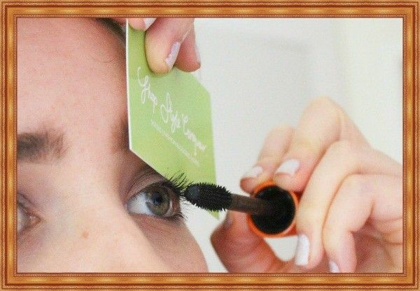 Старая кредитка или ненужная визитка  поможет аккуратно накрасить реснички. Прислоните карточку к веку, и смело красьте ресницы от самых корней.
