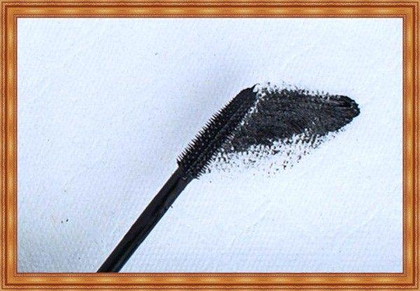 Комки и «паучьи лапки» на ресницах — это не признак плохой туши. Просто ее слишком много на щётке. Уберите излишки туши, прежде чем красить ресницы.