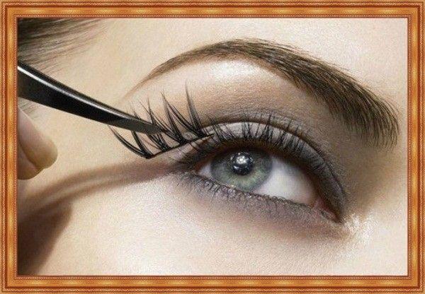 Чтобы зрительно приподнять глаза, приклейте по 3-4 пучка накладных ресниц во внешние уголки. А чтобы увеличить и округлить – пучки следует приклеить в середину верхнего ряда ресниц.